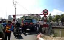 Xe biển đỏ qua cầu tạm: Kỷ luật cán bộ, thôi việc tài xế