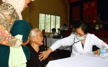 Khám bệnh, tặng quà hàng ngàn Việt kiều Campuchia