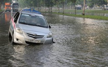 """Taxi lại sụp """"ổ voi"""" giữa biển nước"""