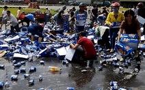 """Xe chở bia gặp nạn, hàng trăm người """"hôi của"""""""