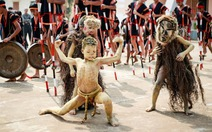 Về Kon Sơ Lăl xem múa hề