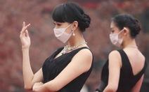 Ô nhiễm nặng, người mẫu phải đeo khẩu trang khi diễn