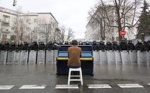Ảnh người chơi piano giữa bạo động Ukraine sốt trên mạng