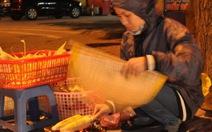 Ảnh bạn đọc: Mưu sinh giữa đêm đông Hà Nội
