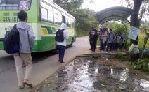 Nước bẩn hôi thối gần trạm chờ xe buýt