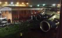 """Chạy sai đường băng, máy bay Anh """"cắt ngang"""" tòa nhà"""