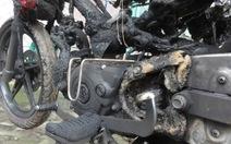 Xe máy cháy rụi trên phố