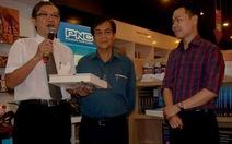 NXB Trẻ tặng nhà văn Nguyễn Đông Thức độc bản Ngọc trong đá