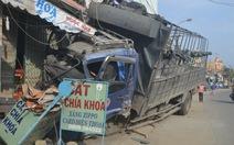 Xe tải đầy ximăng nổ lốp, lao vào nhà dân giữa khuya