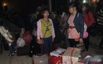 Người Việt tấp nập đổ về cửa khẩu trong đêm