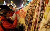 Người Sài Gòn tấp nập mua sắm những đêm cận tết