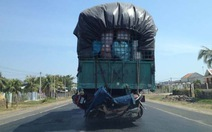 Vận tải đáng sợ: xe máy lủng lẳng bên hông xe tải