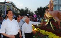 Thủ tướng Nguyễn Tấn Dũng thăm đường hoa Nguyễn Huệ