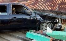 Đạp nhầm chân ga, ô tô 7 chỗ đâm sập nhà dân
