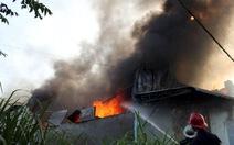 Cháy rụi 200m2 xưởng sản xuất nhựa
