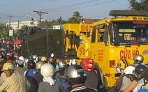 Xe tải chở thép sút bánh,  trục xe cào nát mặt cầu
