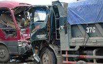 Xe khách phát nổ đâm xe tải, đã có hai người chết