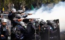 Bạo lực bùng phát, bà Yingluck đối mặt nguy cơ bị phế truất
