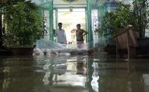 Nước ngập chia cắt khu dân cư