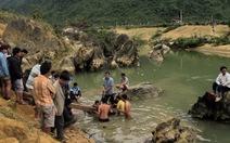 Rà cá, phát hiện kho gỗ sưa hàng tấn dưới suối
