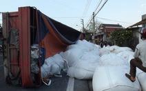 Lật xe container, 40 tấn alumin đổ xuống đường