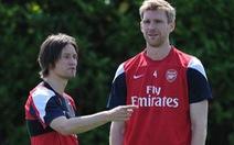 Arsenal hoàn tất gia hạn hợp đồng với Mertsesacker và Rosicky