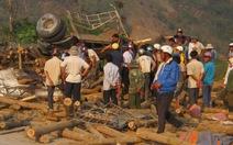 Lật xe chở gỗ, 3 người tử nạn