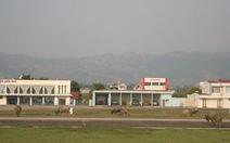 Chăn trâu trên đường băng sân bay Điện Biên Phủ