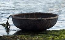 Cứu ngư dân trôi cùng thuyền mủng nhiều giờ trên biển