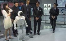 Tổng thống Obama đá banh với robot Nhật