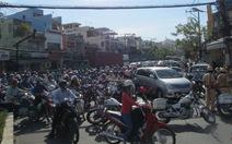 Xe quá khổ mắc kẹt, cầu Tân Thuận thành bãi xe hỗn loạn
