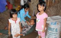 Mẹ bệnh ngặt nghèo, nheo nhóc bốn con