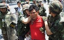 Người biểu tình và quân đội xô xát ở Bangkok