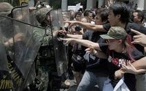 Dân và quân mặt đối mặt ở Bangkok