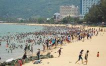 """Tết Đoan Ngọ, hàng ngàn người tắm biển """"xả xui"""""""