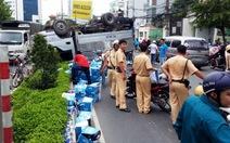 Nổ bánh, xe tải chở nước lật ngửa trên đường