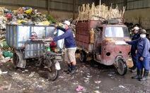 """Hàng ngàn người gom rác bị """"treo lương"""""""