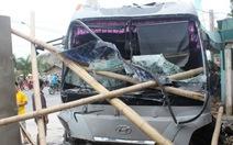 Tránh xe máy, xe chở khách du lịch đâm vào nhà dân