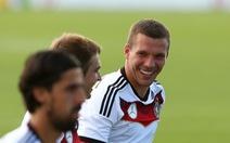 Podolski tặng chiến thắng của tuyển Đức cho Schumacher