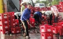 Người Hà Tĩnh giúp tài xế xe lật gom bia