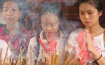 Hàng ngàn sĩ tử đổ về Văn Miếu cầu may