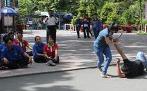 Công nhân công ích tập võ chống côn đồ