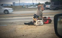 Clip một cảnh sát Mỹ đánh phụ nữ trên đường gây phẫn nộ
