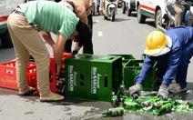 Dân Sài Gòn giúp xe máy chở bia bị ngã