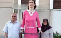Thiếu nữ 17 tuổi cao 2,13m, cao nhất thế giới