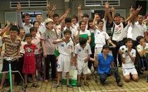 Cầu thủ U-19 VN làm từ thiện