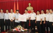 Trao tặng 1 tỉ đồng ủng hộ Hải quân Việt Nam