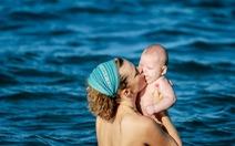 Mẹ con ở biển Nha Trang