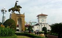 Nhiều người chụp ảnh lưu niệm với tượng Trần Nguyên Hãn