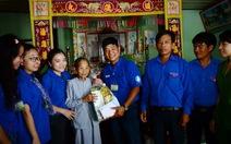 Chiến sĩ mùa hè xanh Lý Sơn thăm mẹ Việt Nam anh hùng